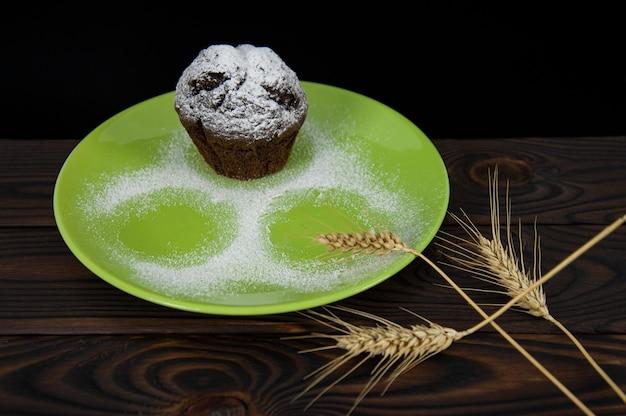 Шоколадный маффин на зеленой тарелке