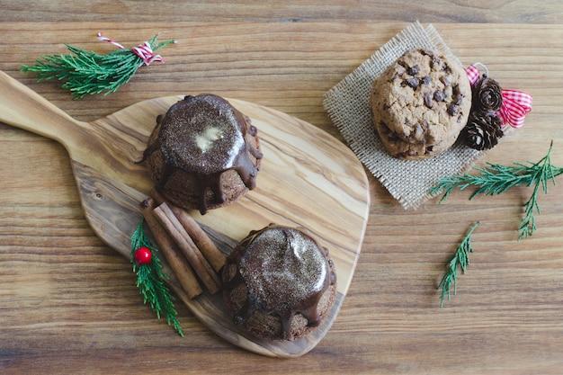 木製の背景にチョコレートマフィン。