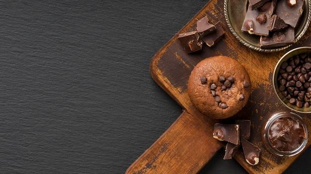 Muffin al cioccolato sullo spazio della copia del bordo di legno