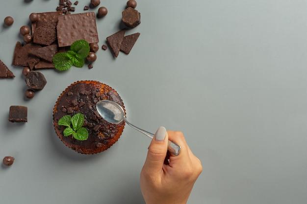 暗い表面にチョコレートマフィン。世界のチョコレートの日のコンセプト