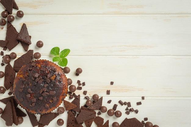흰색 나무 표면에 초콜릿 머핀입니다. 세계 초콜릿의 날 개념