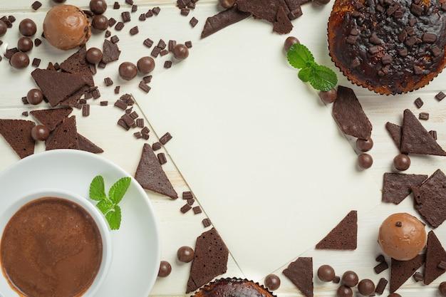白い木の表面にチョコレートマフィン。世界のチョコレートの日のコンセプト