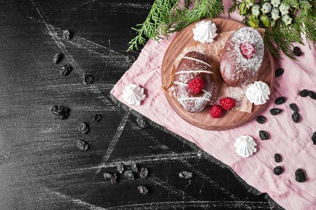 木製の大皿にチョコレートマフィン。