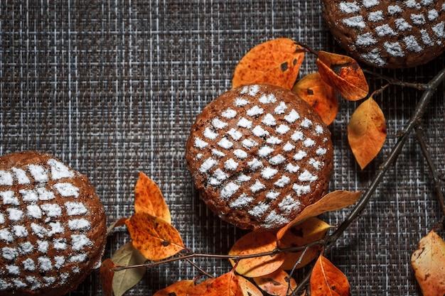 단풍과 계피의 배경에 사과 작성과 초콜릿 머핀