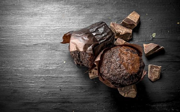 Шоколадные кексы с кусочками шоколада. на черной доске.