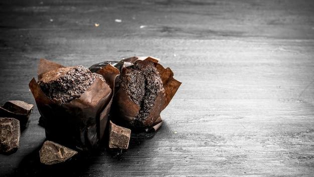 チョコレートの塊が入ったチョコレートマフィン。