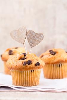 Шоколадные кексы с винтажной поверхностью сердца, селективный фокус.