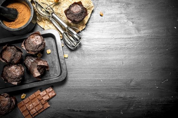 材料入りチョコレートマフィン。