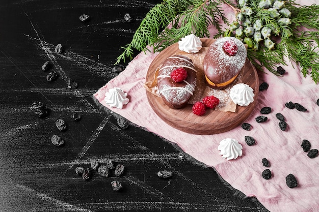 Muffin al cioccolato sul piatto di legno.