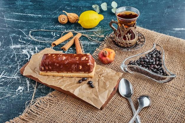 Шоколадно-ореховый торт со стаканом чая.