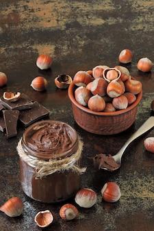 Шоколадно-ореховая паста и неочищенный фундук.