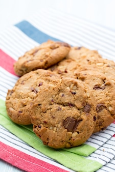 Шоколадное овсяное печенье на деревянном столе