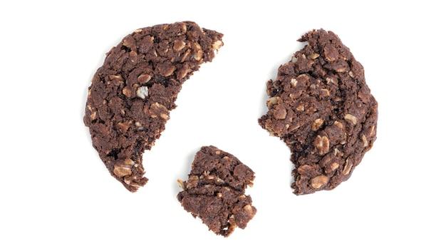 Шоколадное овсяное печенье с изюмом и кокосом на белом фоне