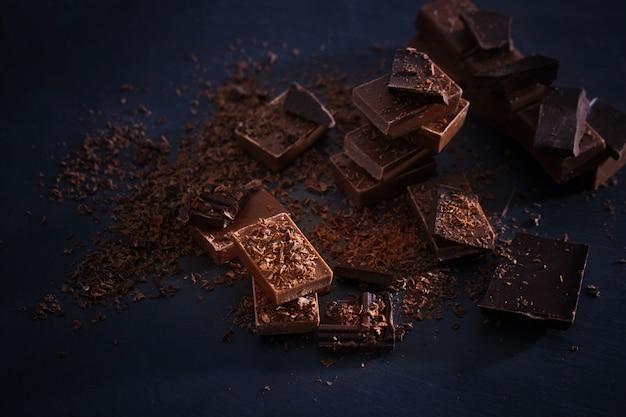 古い木製のテーブルの上のチョコレート