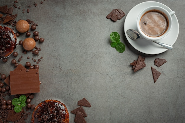 暗い表面にチョコレート。世界のチョコレートの日のコンセプト