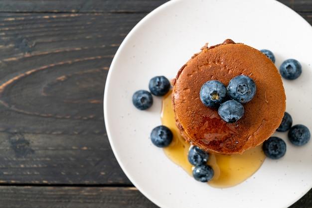 블루 베리와 접시에 꿀 초콜릿 팬케이크 스택