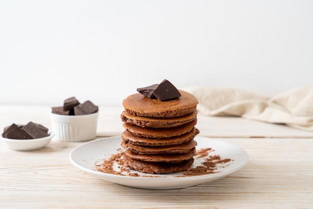 초콜릿 가루와 초콜릿 팬케이크 스택