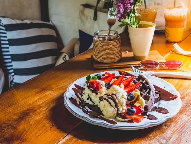 バナナ、イチゴ、ブルーベリー、アイスクリーム、ブラウニー、チョコレートのチョコレートパンケーキ。