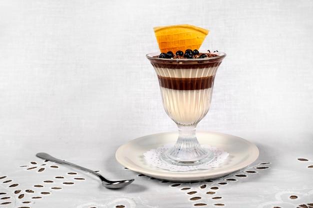 チョコレート、クリーム、新鮮なブルーベリーのさまざまな層を持つチョコレートパンナコッタ。