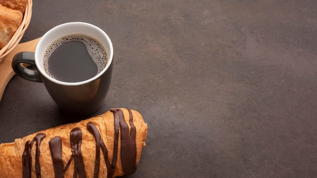 チョコレート菓子とコーヒーのコピースペース