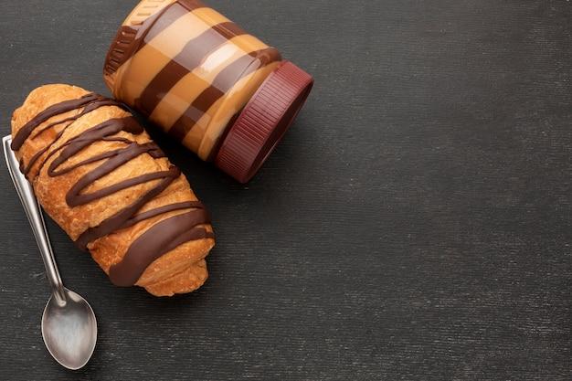 チョコレートペストリーと甘いスプレッド