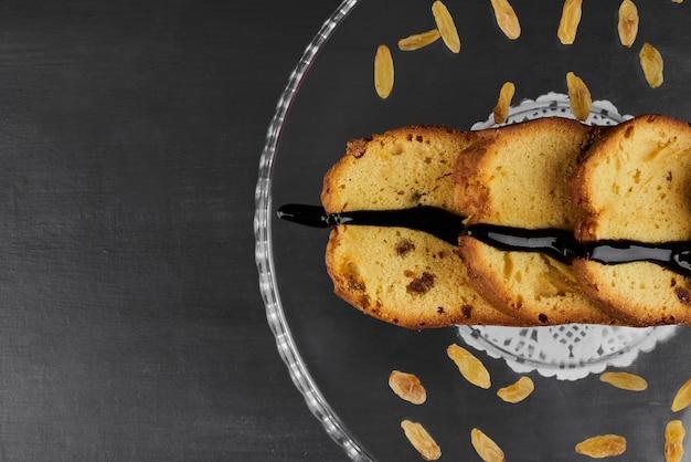 サルタナとガラスの大皿にチョコレートパイのスライス。