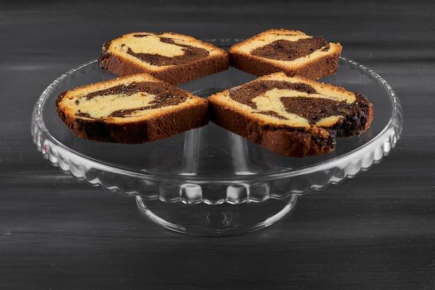 ガラスの大皿にチョコレートパイのスライス。