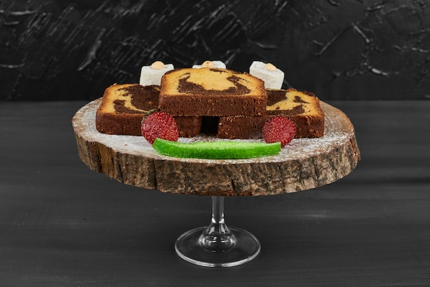 Ломтики шоколадного пирога на деревянной доске.