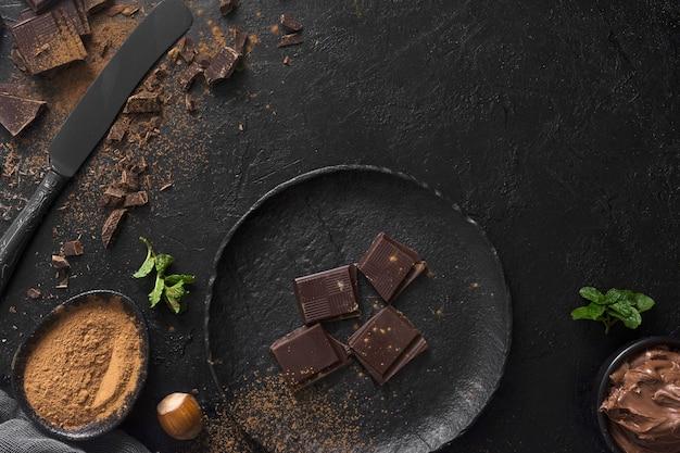 Pezzi del cioccolato sulla vista superiore del piatto