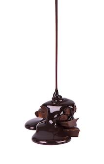 초콜릿 조각 스택 및 공백에 고립 된 초콜릿 시럽. 확대