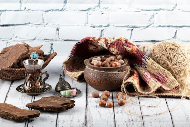 Кусочки шоколада с орехами и стаканом чая