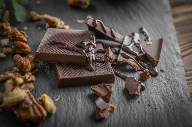 スレートプレートにクルミとチョコレートの部分