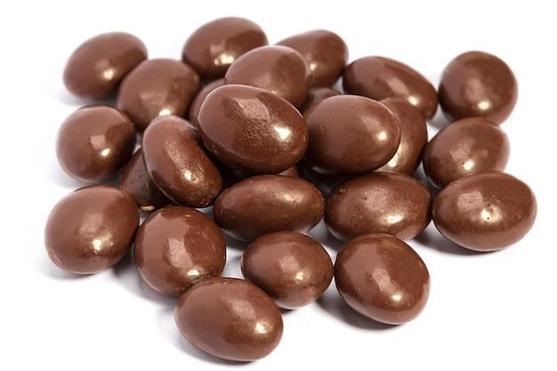白い背景で隔離のヒープのチョコレートの丸薬
