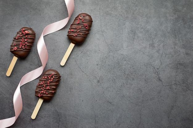 텍스트 개념 음식 과자 휴일을 추가할 수 있는 아이스크림 공간 형태의 초콜릿 아이스 케이크