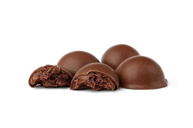 Конфеты шоколадные пралине изолированные на белой предпосылке.