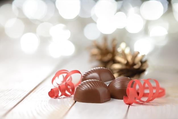 木製のテーブルにチョコレートプラリネ