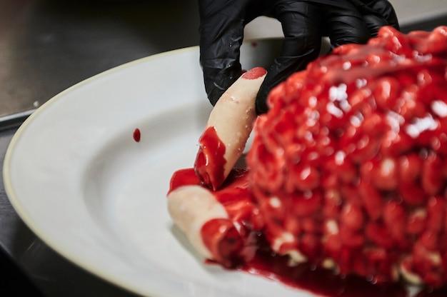 シリーズ面白いhから脳の選択的な焦点の形でアイシングで飾られたチョコレートカボチャカップケーキ...