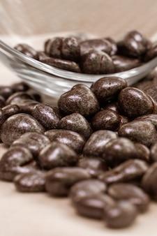 초콜릿 건포도 과자는 유리 그릇에서 충분한 수면을 취합니다.