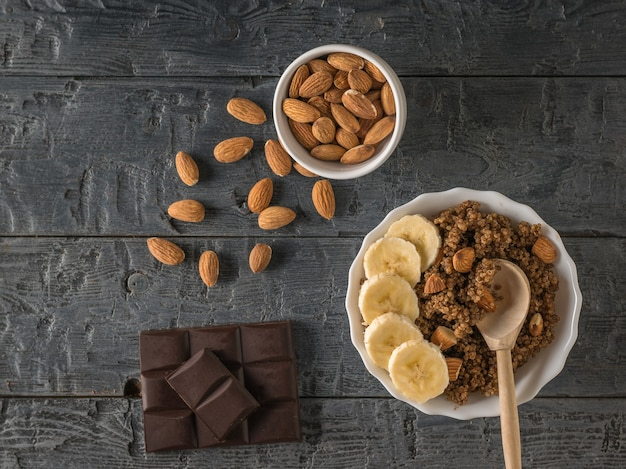 나무 테이블에 초콜릿, 흩어져 아몬드 및 노아 죽. 건강한 식단. 평평하다.