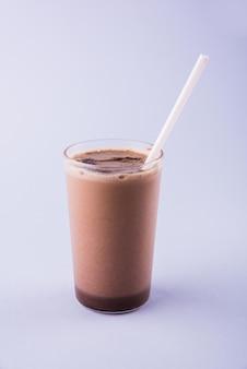 초콜릿 쉐이크 또는 차가운 초콜릿 밀크 쉐이크