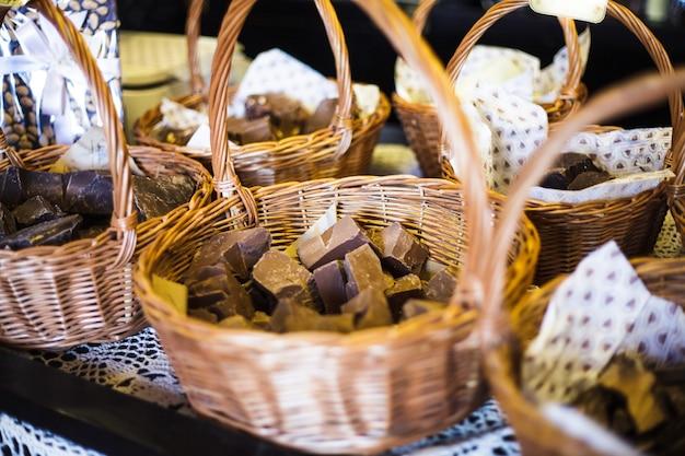 Магазин шоколада. кусочки натурального продукта в корзинах