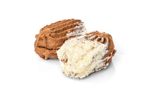 Шоколадное песочное печенье с кокосом, изолированным на белом
