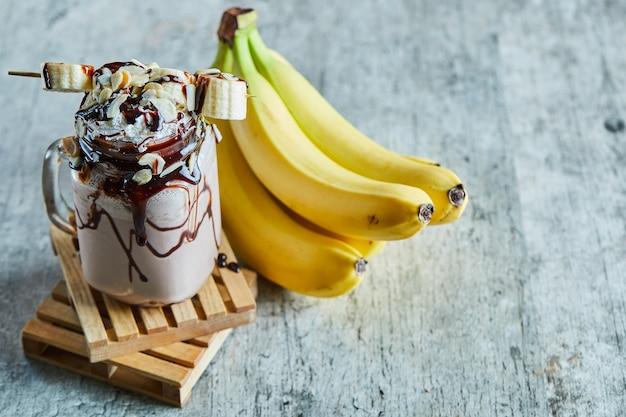 チョコシロップとバナナの枝が入ったチョコレートスムージー
