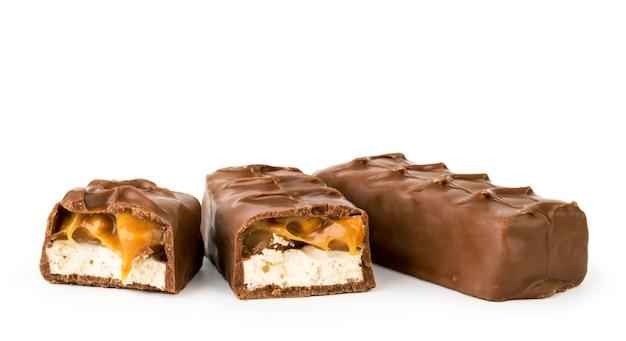 チョコレートスニッカーズと2つの半分が分離されました