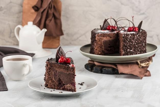 明るい背景にチョコレートスポンジケーキ。誕生日や休日のデザート。