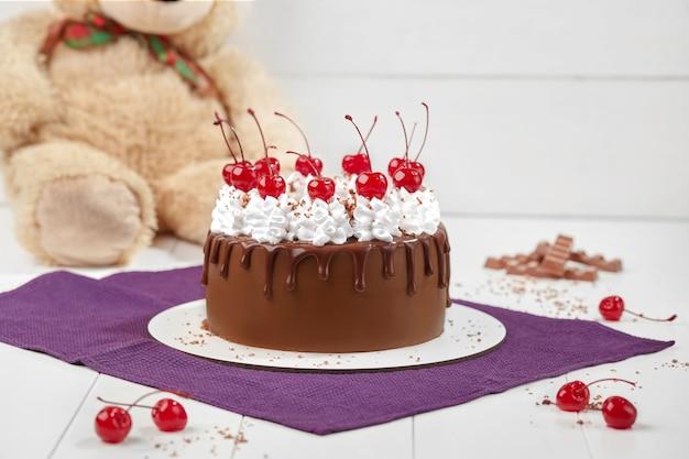 ホイップクリームとマラスキーノチェリーのチョコレートスポンジケーキ