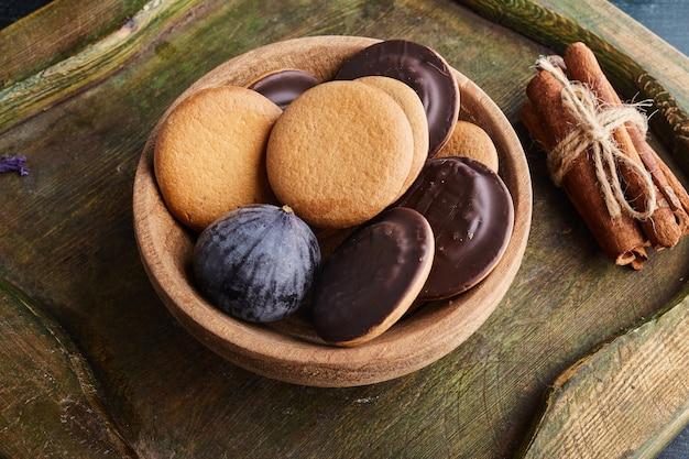 木製のカップにチョコレートスポンジクッキー。