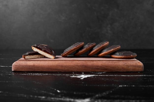 Шоколадное бисквитное печенье на деревянной доске