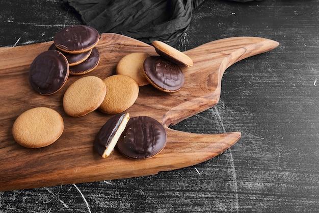 Шоколадное бисквитное печенье на деревянной доске.