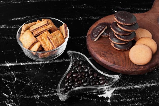 Biscotti di spugna al cioccolato su una tavola di legno con cracker